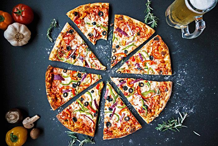 pizza cuite avec un four à pizza  électrique Roller Grill
