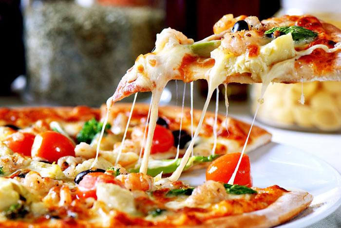 Pizza cuite avec un four à pizza Roller Grill