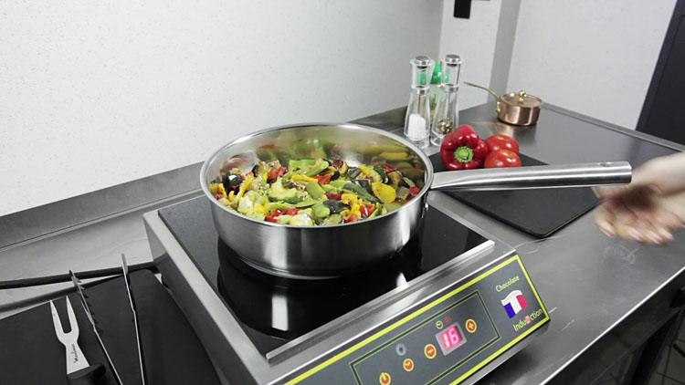 plaque à induction pour la cuisson des légumes