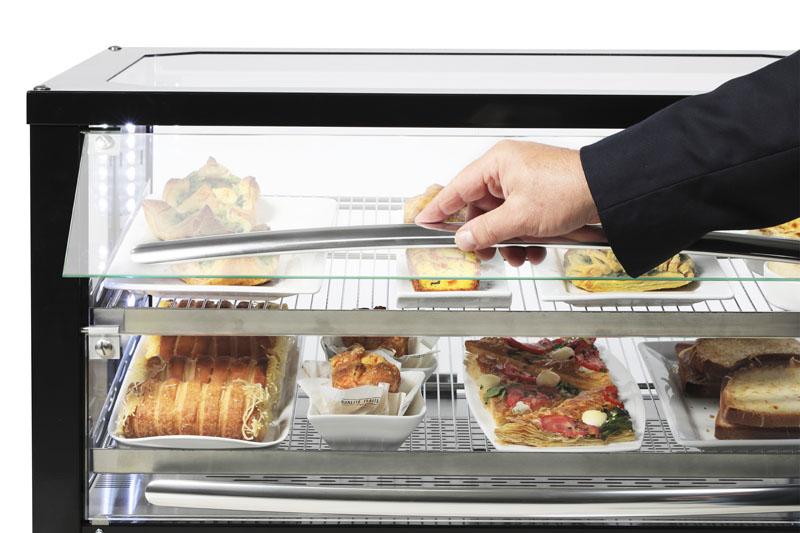 présentation de plat dans vitrine chauffante libre service