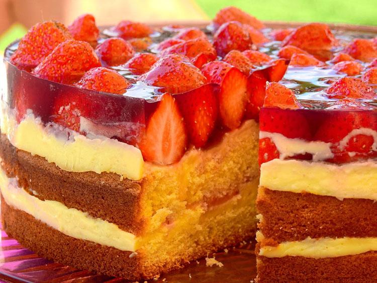 Dessert à la fraise présenté dans une vitrine réfrigérée Roller Grill